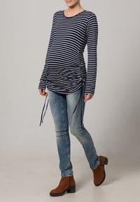 JoJo Maman Bébé - Langærmede T-shirts - navy/ecru stripes - 0