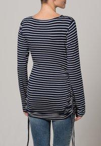 JoJo Maman Bébé - Langærmede T-shirts - navy/ecru stripes - 3