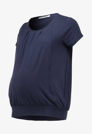 PLEATED - Print T-shirt - mid night blue