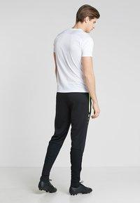 JAKO - ACTIVE - Pantalones deportivos - schwarz/neongelb - 2