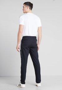 JAKO - STRIKER - Pantalon de survêtement - schwarz/weiß - 2