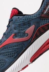 Joma - VICTORY - Obuwie do biegania treningowe - dark blue/red - 5