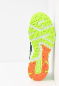 Joma - VICTORY - Obuwie do biegania treningowe - khaki/neon green - 4