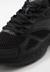 Joma - VITALY - Obuwie do biegania treningowe - black - 5