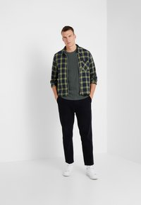 James Perse - CREW - Basic T-shirt - marsh - 1