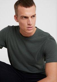 James Perse - CREW - Basic T-shirt - marsh - 5