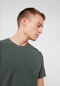 James Perse - CREW - Basic T-shirt - marsh - 3
