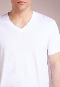 James Perse - V-NECK TEE - Basic T-shirt - white - 4