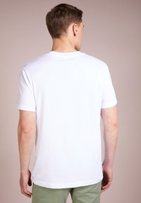 James Perse - V-NECK TEE - Basic T-shirt - white - 2