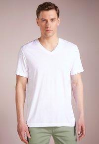 James Perse - V-NECK TEE - Basic T-shirt - white - 0