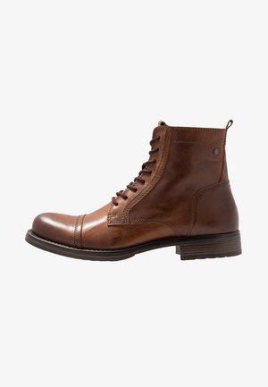 JFWRUSSEL - Šněrovací kotníkové boty - cognac