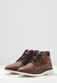 Jack & Jones - JFWDUSTON - Šněrovací kotníkové boty - cognac - 2