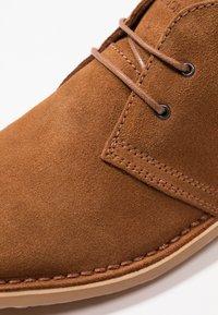 Jack & Jones - JFWGOBI - Zapatos con cordones - cognac - 5
