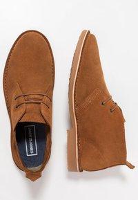 Jack & Jones - JFWGOBI - Zapatos con cordones - cognac - 1