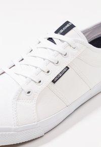 Jack & Jones - JFWROSS - Sneakersy niskie - bright white - 5