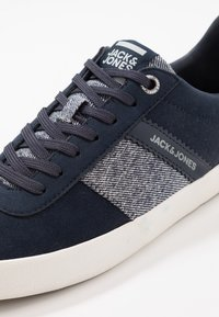Jack & Jones - JFWWALCOT - Sneakers basse - navy blazer - 5