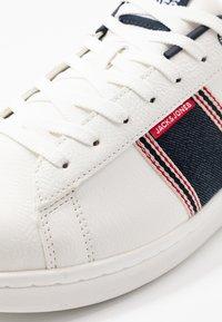 Jack & Jones - JFWBANNA SPECIAL - Sneakersy niskie - white - 5