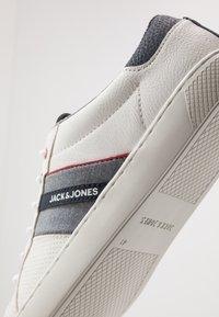 Jack & Jones - JFWTED - Sneakersy niskie - navy blazer - 5