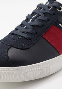 Jack & Jones - JFWSLOANE LOGO - Sneakersy niskie - navy blazer - 5