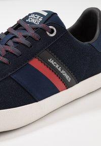 Jack & Jones - JFWWALCOT - Sneakersy niskie - navy blazer - 5