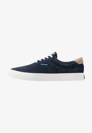 JFWMORK - Sneakersy niskie - navy blazer