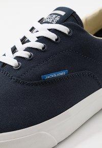 Jack & Jones - JFWMORK - Sneakersy niskie - navy blazer - 5