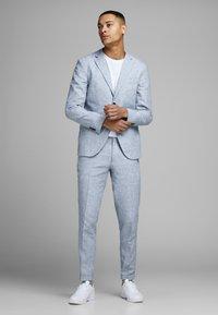 Jack & Jones - LINEN MIXED FIBER SUIT PANTS - Spodnie garniturowe - light blue - 1