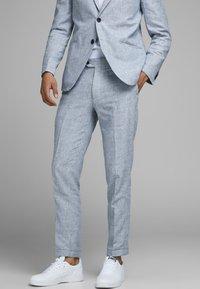 Jack & Jones - LINEN MIXED FIBER SUIT PANTS - Spodnie garniturowe - light blue - 0