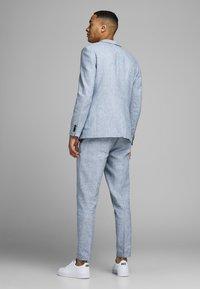Jack & Jones - LINEN MIXED FIBER SUIT PANTS - Spodnie garniturowe - light blue - 2