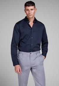 Jack & Jones - ELEGANTES - Zakelijk overhemd - navy blazer - 0