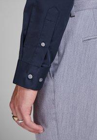Jack & Jones - ELEGANTES - Zakelijk overhemd - navy blazer - 5