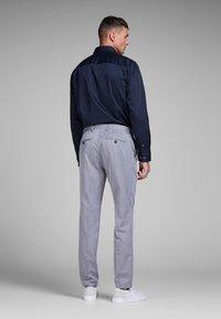 Jack & Jones - ELEGANTES - Zakelijk overhemd - navy blazer - 2