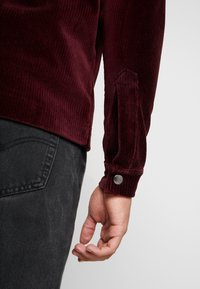 Jack & Jones - JORTOD REGULAR FIT - Vapaa-ajan kauluspaita - port royale - 4