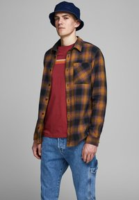 Jack & Jones - HOLZFÄLLER - Camisa - yellow - 0