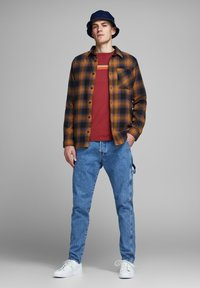 Jack & Jones - HOLZFÄLLER - Camisa - yellow - 1