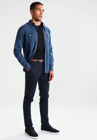 Jack & Jones - JJICODY JJSPENCER - Chino kalhoty - navy blazer - 1