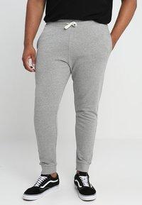 Jack & Jones - JJEHOLMEN PANTS PLUS - Pantalones deportivos - light grey melange - 0