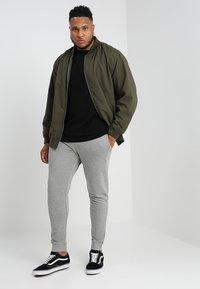 Jack & Jones - JJEHOLMEN PANTS PLUS - Pantalones deportivos - light grey melange - 1