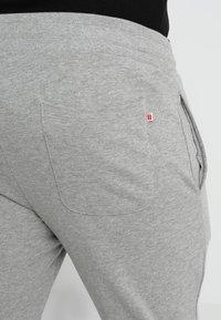 Jack & Jones - JJEHOLMEN PANTS PLUS - Pantaloni sportivi - light grey melange - 5