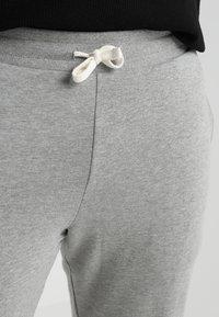 Jack & Jones - JJEHOLMEN PANTS PLUS - Pantalones deportivos - light grey melange - 3