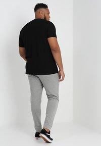 Jack & Jones - JJEHOLMEN PANTS PLUS - Pantaloni sportivi - light grey melange - 2