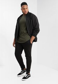 Jack & Jones - JJEHOLMEN PANTS PLUS - Verryttelyhousut - black - 1