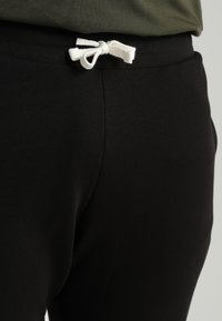 Jack & Jones - JJEHOLMEN PANTS PLUS - Verryttelyhousut - black - 5