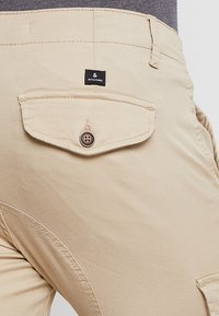 Jack & Jones - JJIPAUL JJFLAKE - Pantaloni cargo - white pepper - 5