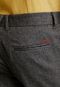 Jack & Jones - JJIACECHARLES HERRINGBONE - Pantalon classique - grey melange - 4