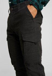 Jack & Jones - JJIPAUL JJFLAKE HERRINGBON - Pantaloni cargo - black - 4