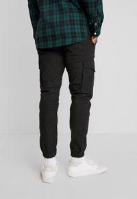 Jack & Jones - JJIPAUL JJFLAKE HERRINGBON - Pantaloni cargo - black - 2