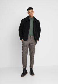Jack & Jones - JJIACE JJCHARLES HOUNDSTOOTH - Broek - brown/stone - 1