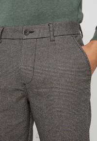 Jack & Jones - JJIACE JJCHARLES HOUNDSTOOTH - Broek - brown/stone - 4