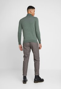 Jack & Jones - JJIACE JJCHARLES HOUNDSTOOTH - Broek - brown/stone - 2